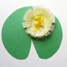 Белые лилии из цветной бумаги
